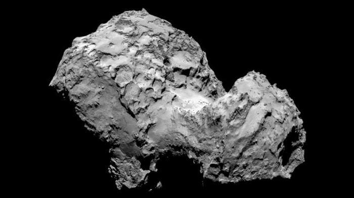 Des images de la mission Rosetta indiquent que la surface de la comète 67P/Churyumov-Gerasimenko était très active pendant son récent voyage à travers le système solaire.
